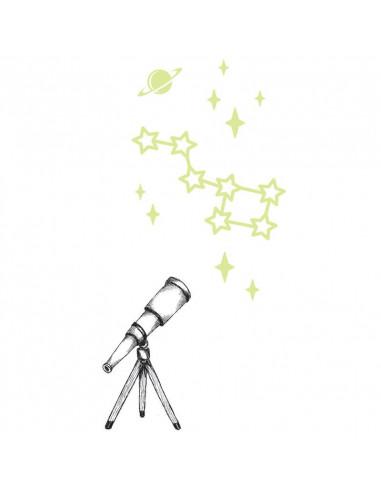 Teleskop s hvězdami svítícími ve tmě...